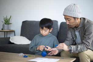 ロボットを作っている親子の写真素材 [FYI04866898]