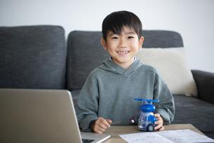 ロボットを作っている笑顔の男の子の写真素材 [FYI04866902]