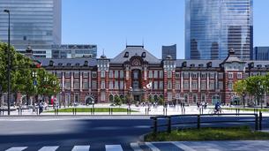 行幸通りから、東京駅丸の内駅前広場や東京駅丸の内駅舎の写真素材 [FYI04866948]