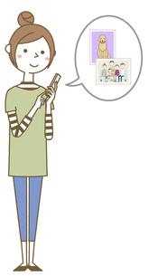スマホを操作する若い女性 ママのイラスト素材 [FYI04867156]