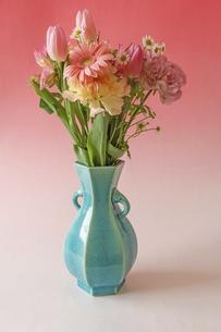 花瓶に活けた様々な花のブーケの写真素材 [FYI04867286]