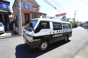 出動する警察車両の写真素材 [FYI04867312]