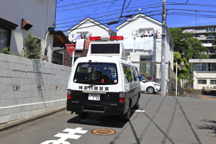 出動する警察車両の写真素材 [FYI04867313]