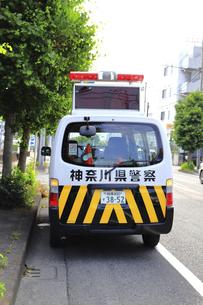 待機する警察車両の写真素材 [FYI04867337]