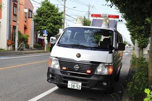 待機する警察車両の写真素材 [FYI04867340]