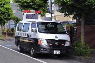 待機する警察車両の写真素材 [FYI04867342]