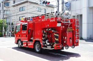 出動する消防車の写真素材 [FYI04867357]