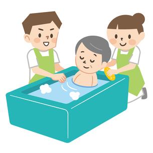 高齢者の入浴介助をする介護スタッフのイラスト素材 [FYI04867388]