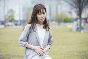 腹痛に悩む女性の写真素材 [FYI04867668]