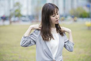 肩こり・首こりに悩む女性の写真素材 [FYI04867669]