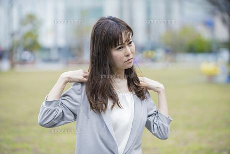 肩こり・首こりに悩む女性の写真素材 [FYI04867670]
