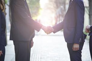 ビジネスシーン・握手の写真素材 [FYI04867687]