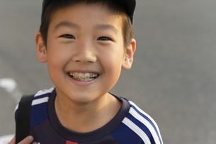 歯列矯正をしている笑顔の男の子の写真素材 [FYI04867788]
