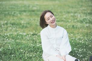 芝生でくつろぐ女性の写真素材 [FYI04867792]