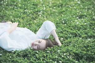 芝生でくつろぐ女性の写真素材 [FYI04867804]