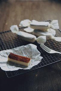 キャンディー包みのスティックチーズケーキの写真素材 [FYI04867927]