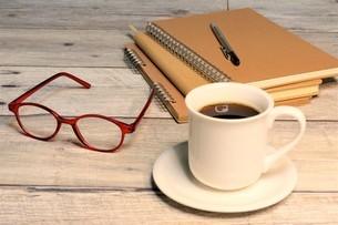 書斎のデスク 暖色の写真素材 [FYI04868143]