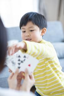 トランプをする親子の写真素材 [FYI04868341]