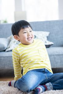 リビングでくつろぐ子供の写真素材 [FYI04868342]