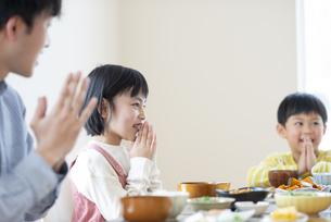 食事をするファミリーの写真素材 [FYI04868343]