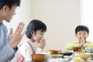 食事をするファミリーの写真素材 [FYI04868344]