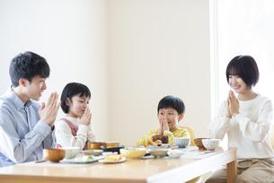 食事をするファミリーの写真素材 [FYI04868345]