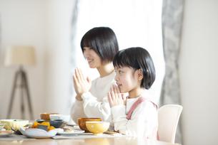 食事をする親子の写真素材 [FYI04868346]