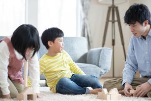 積み木で遊ぶ親子の写真素材 [FYI04868352]