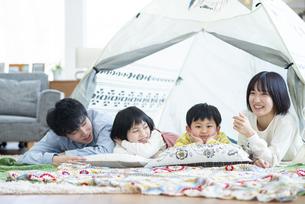 家の中のテントでくつろぐファミリーの写真素材 [FYI04868355]