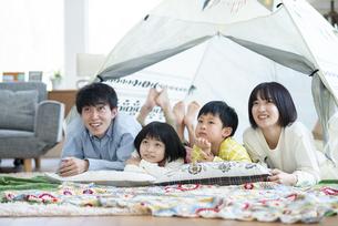 家の中のテントでくつろぐファミリーの写真素材 [FYI04868356]