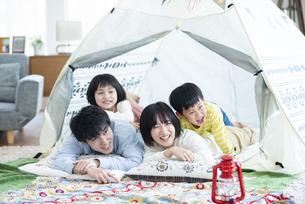 家の中のテントで遊ぶファミリーの写真素材 [FYI04868357]