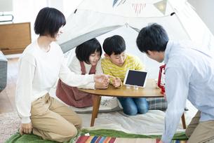 家の中のテントで遊ぶファミリーの写真素材 [FYI04868360]