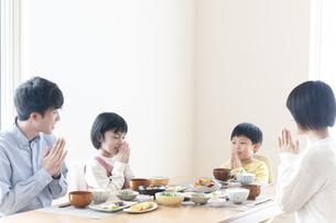食事をするファミリーの写真素材 [FYI04868364]