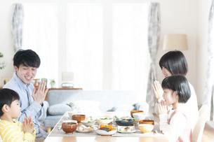 食事をするファミリーの写真素材 [FYI04868365]