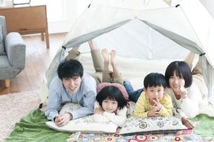 家の中のテントでくつろぐファミリーの写真素材 [FYI04868374]