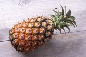 パイナップル(沖縄産・ピーチ種)の写真素材 [FYI04868470]