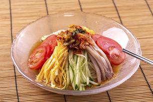 冷やし中華(韓国冷麺風)の写真素材 [FYI04868500]