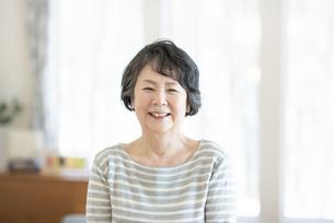 微笑むシニア女性の写真素材 [FYI04868576]