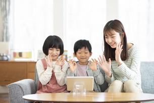 リビングでタブレットを見る親子の写真素材 [FYI04868581]