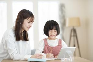 タブレット学習をする親子の写真素材 [FYI04868596]