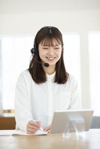 タブレット学習をする女性の写真素材 [FYI04868598]