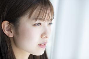 窓の外を見る女性の写真素材 [FYI04868602]
