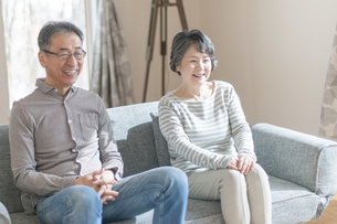 ソファーでくつろぐシニア夫婦の写真素材 [FYI04868605]
