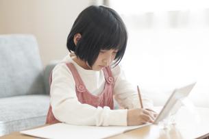 リビングで学習する女の子の写真素材 [FYI04868609]