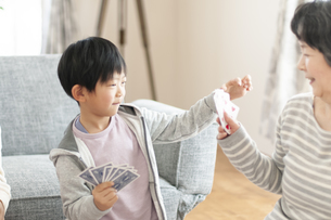 トランプで遊ぶ祖母と孫の写真素材 [FYI04868612]