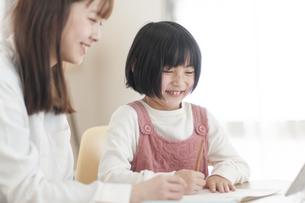 リビングで学習する女の子の写真素材 [FYI04868615]