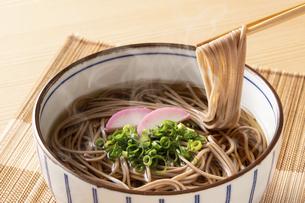 掛け蕎麦を食べるの写真素材 [FYI04868888]