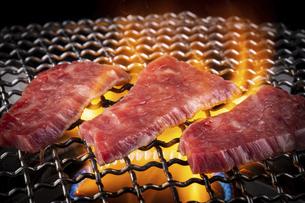 焼肉屋で肉を焼くの写真素材 [FYI04868932]