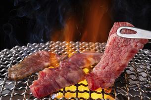 焼肉屋で肉を焼くの写真素材 [FYI04868936]