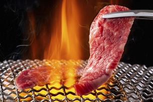 焼肉屋で肉を焼くの写真素材 [FYI04868954]